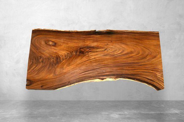 Baumstammplatte Suar für einen Esstisch mit Naturkante handgefertigt - 251 cm - front view1